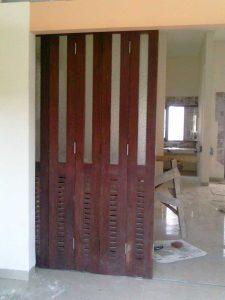 pintu lipat berbahan kayu jati dengan finishing melamine