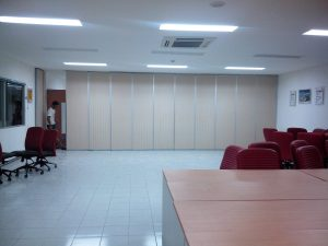 penyekat ruang meeting